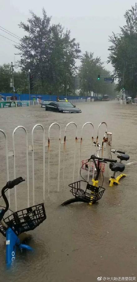 水浪湍急,車輛熄火。(微博圖片)