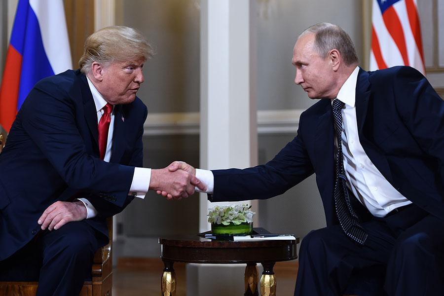 特朗普和普京和來到芬蘭總統府歌德廳,舉行了一對一會談。(BRENDAN SMIALOWSKI/AFP/Getty Images)