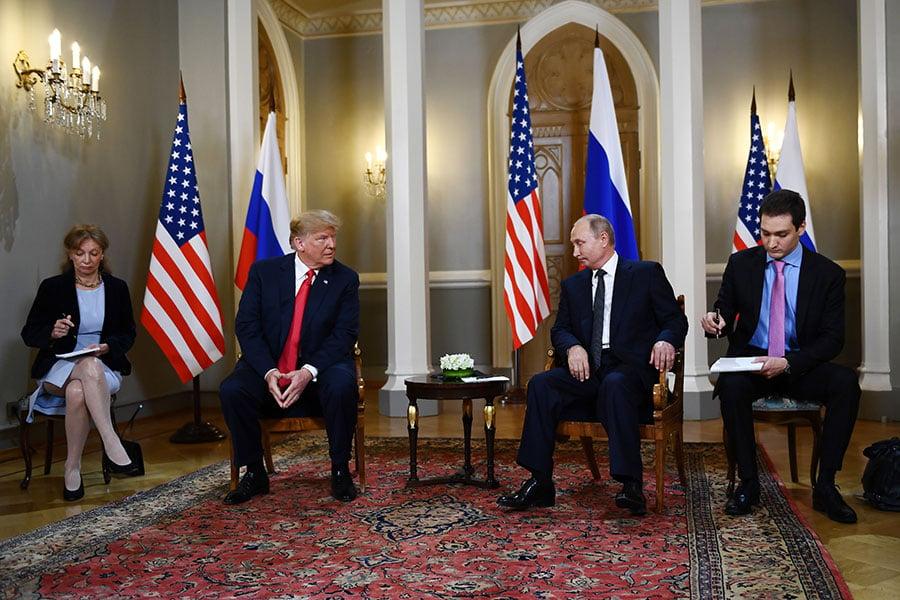 普京和特朗普來到芬蘭總統府歌德廳(Gothic Hall),舉行了一對一會談,只有兩位翻譯在場。(BRENDAN SMIALOWSKI/AFP/Getty Images)