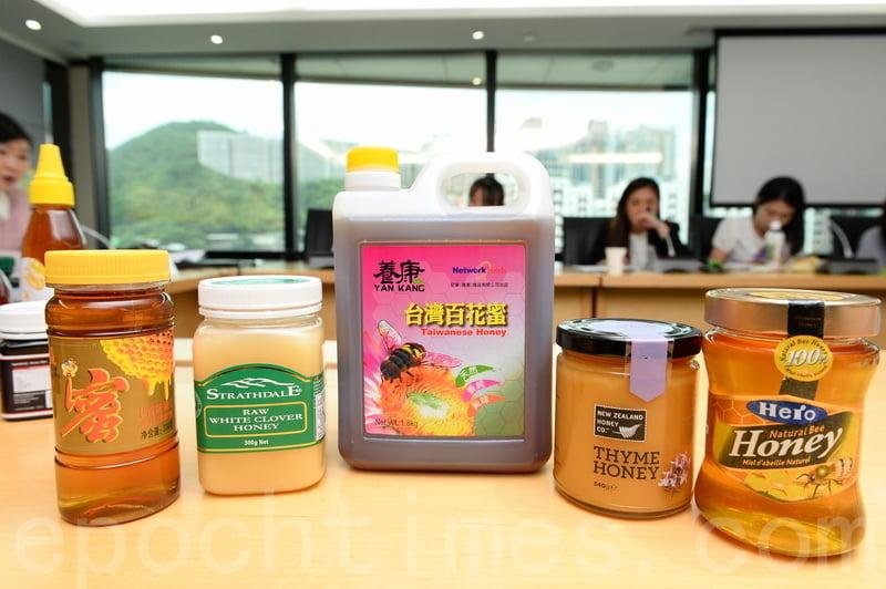 「喜來Hero」天然蜂蜜(右一)被驗出8種抗生素,包括能致癌的「甲硝唑」,產品已經停售。(宋碧龍/大紀元)