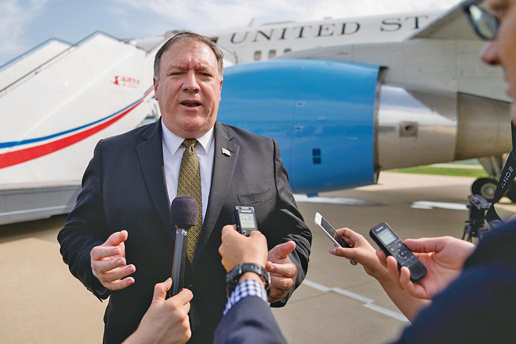 美國國務卿蓬佩奧第三次訪朝時,曾警告北韓稱,美國的忍耐力是有限的。圖為蓬佩奧7日離開平壤前在機場接受採訪。(AFP)