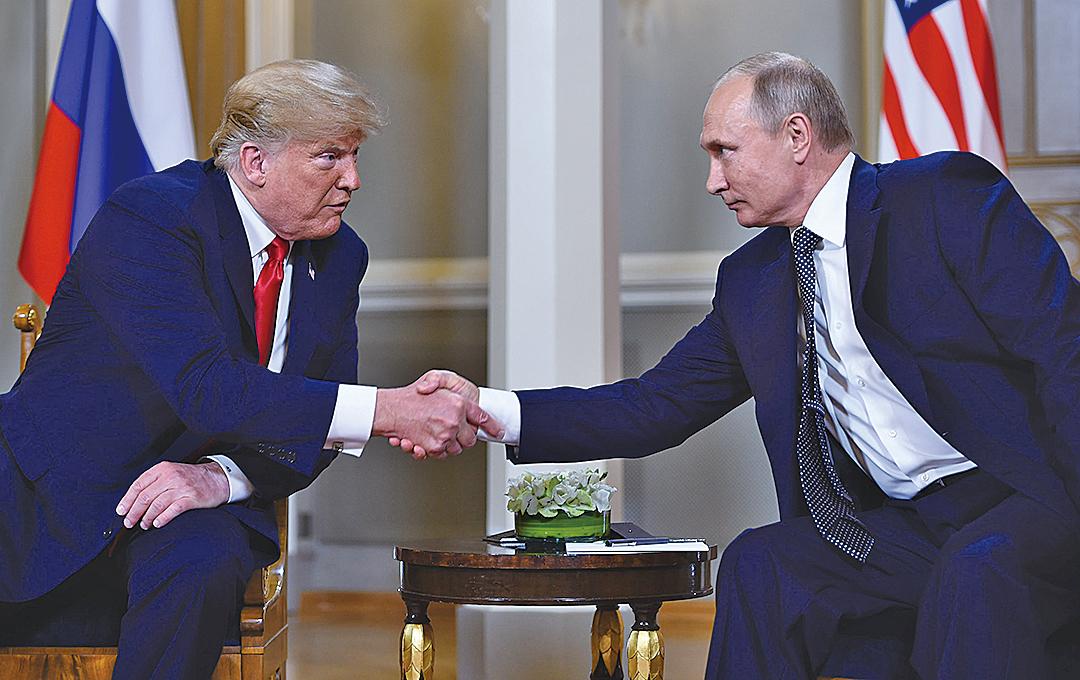 朗普和普京來到芬蘭總統府歌德廳,舉行了一對一會談。(AFP)
