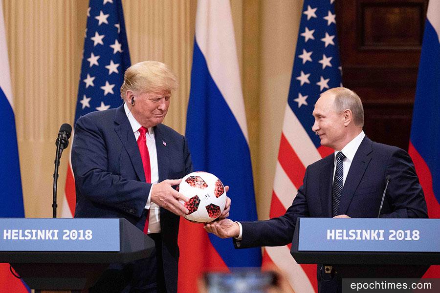 雙普會登場,普京致贈特朗普世界杯紀念球,表達雙邊友誼。(Samira Bouaou/大紀元)