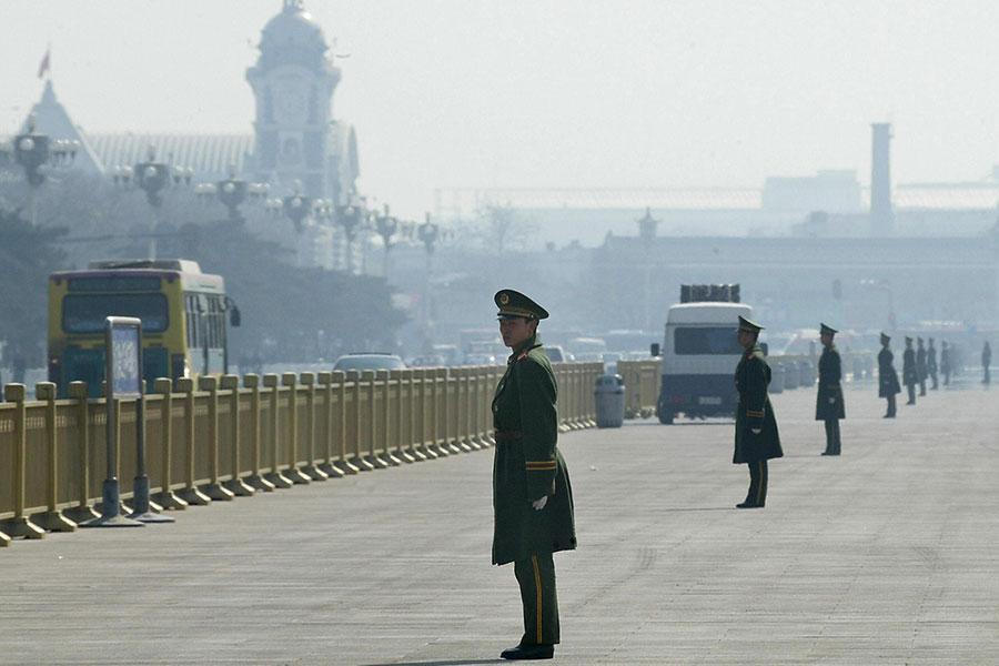 中美貿易戰如火如荼之際,美國之音報道,北戴河會議可能提前舉行;但中共公佈了習近平將出訪,加上最近幾天中共媒體的異常,引發猜測。圖為北京警察在天安門廣場嚴密戒備資料圖片。(GOH CHAI HIN/AFP/Getty Images)