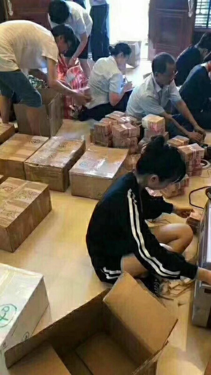 網傳蔡宗澤家中搜出巨額現金,圖為銀行人員在數錢。(微博圖片)