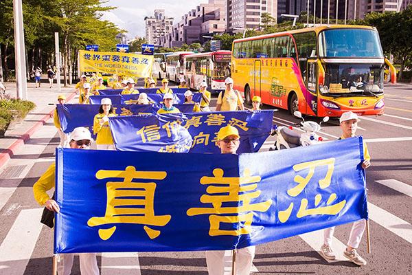 法輪功學員冒著酷暑走過台北街頭,目的是讓民眾更加認識法輪功。(陳柏州/大紀元)