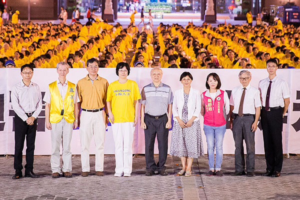 參與台北市府廣場舉行「720燭光悼念會」的與會來賓。(陳柏州/大紀元)