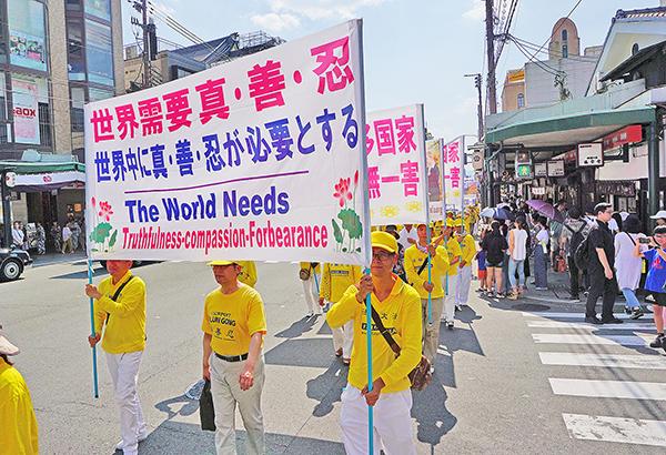 來自日本各地的部份法輪功學員於7月14日和15日接連在日本關西的大阪和京都舉行了反迫害遊行。日本古城京都是外國遊客嚮往的觀光熱點,7月中旬正是日本三大祭日之一的京都祇園祭的最高潮,街頭巷尾幾乎被遊客所淹沒。圖為法輪功學員於7月15日在京都的鬧市區舉行反迫害遊行。(盧勇/大紀元)