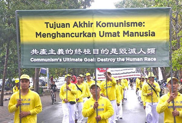 7月15日,印度尼西亞峇里島部份法輪功學員在市中心登帕薩(Den Pasar)的Bajra Sandhi Park Renon公園遊行,紀念7.20法輪功學員反迫害19周年,並在巴東普普丹廣場舉行燭光悼念,紀念被迫害致死的法輪功學員。(蕭律生/大紀元)
