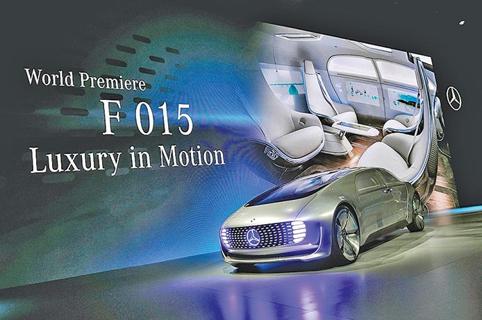 戴姆勒在2015年CES上發表的無人駕駛概念車Mercedes-Benz F 015。(David Becker/Getty Images)