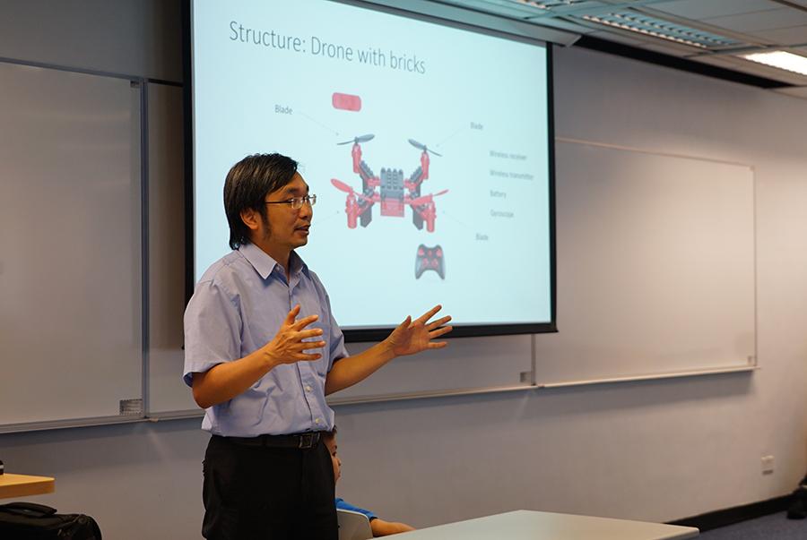 電子及計算機工程學系的胡錦添教授主持「會飛的磚塊」工作坊,傳授STEM知識。(曾蓮/大紀元)