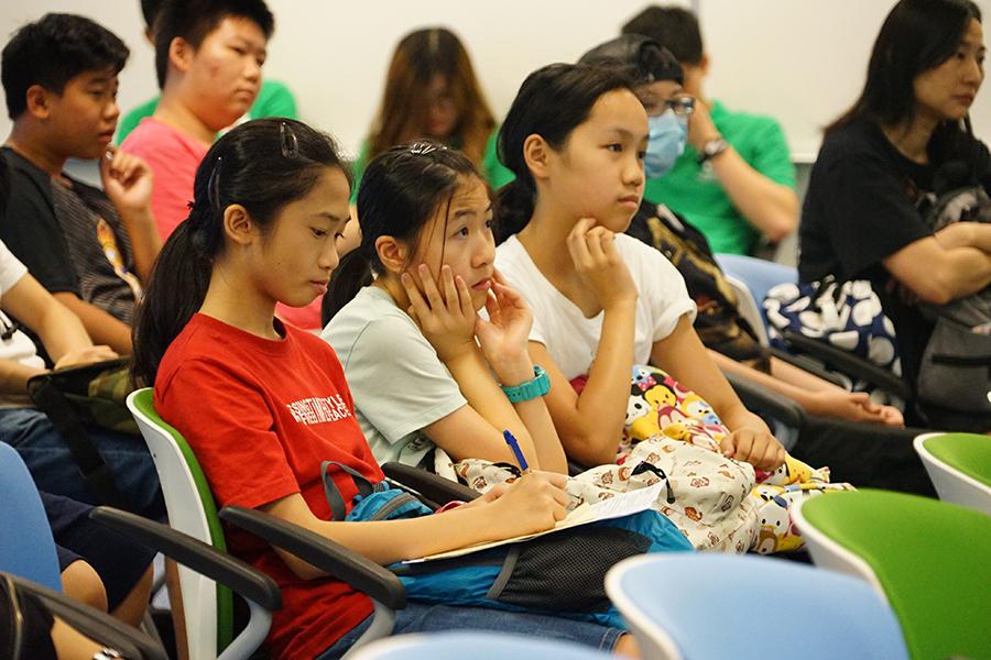 工作坊期間,中學生們專注聆聽學習相關知識。(曾蓮/大紀元)