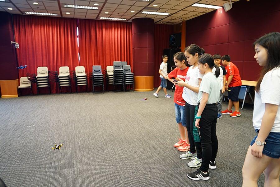 中學生試飛自己組裝的無人機。(曾蓮/大紀元)