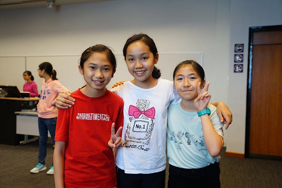 來自嘉諾撒聖瑪利書院的鄒思悅、劉康澄、鄭子喬(由左至右)分享活動感言。(曾蓮/大紀元)