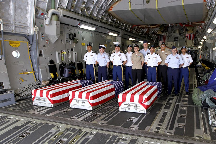 美國官員說,北韓同意在下個星期歸還多達55具韓戰美軍遺骸,美方將前往該國把這些遺骸帶回國安葬。圖為2018年4月15日,美軍將在越南尋獲的越戰美軍遺骸運送回國。(LINH PHAM/AFP/Getty Images)