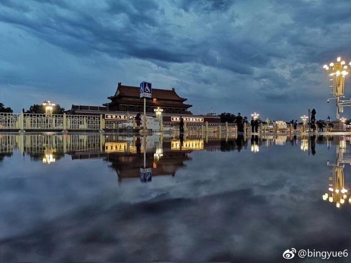 北京連日大暴雨,水漫天安門廣場,給人天安門漂起來的感覺。(微博圖片)