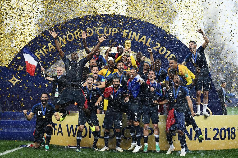 20年後,法國隊再捧大力神盃。圖為7月15日決賽獲勝後,法國隊在雨中領獎。(FRANCK FIFE/AFP/Getty Images)