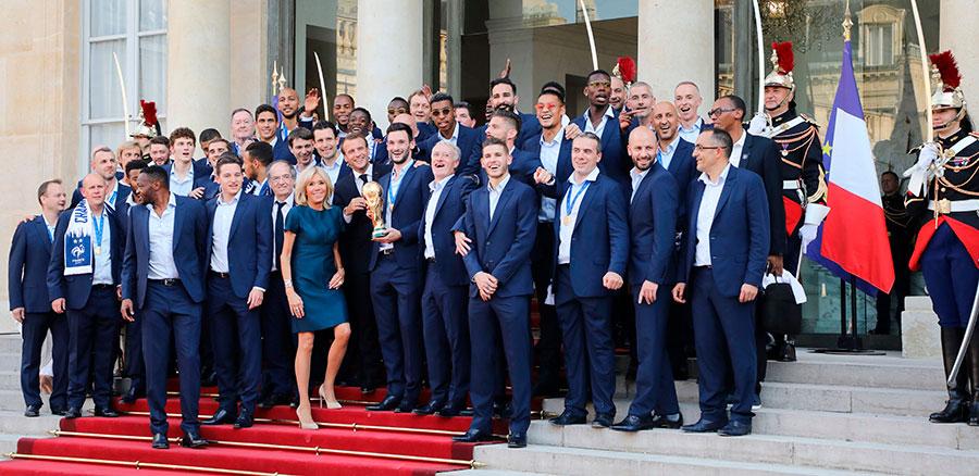 7月16日,法國隊隊員及主教練與總統及夫人在愛麗舍宮合影。(LUDOVIC MARIN/AFP/Getty Images)