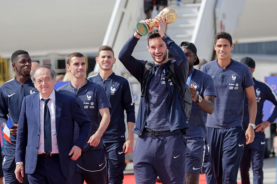 7月16日下午法國隊員抵達戴高樂機場。(THOMAS SAMSON/AFP/Getty Images)