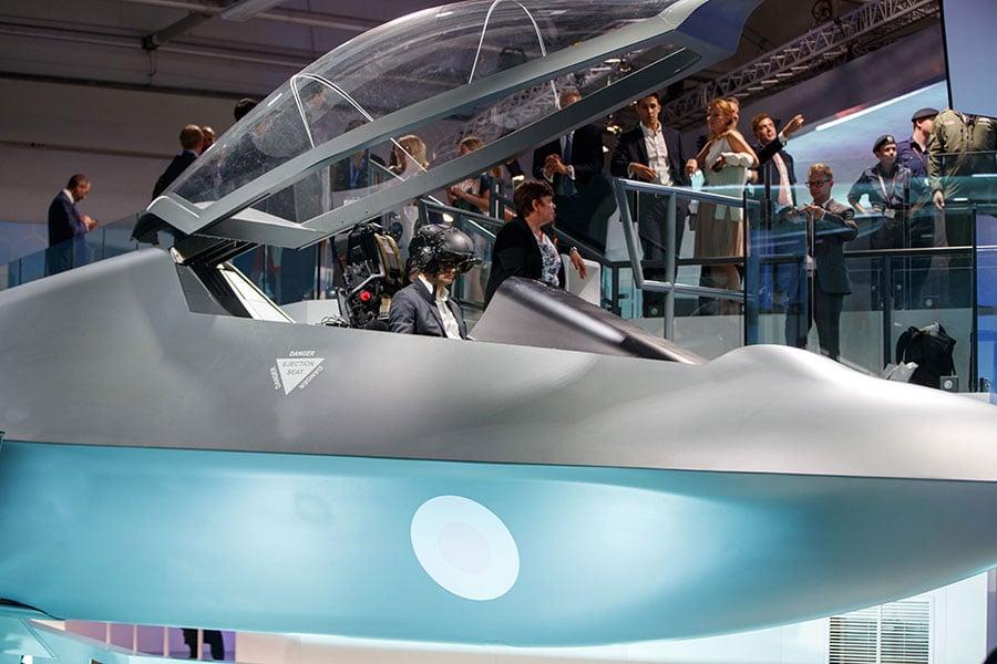 英國國防大臣韋廉信(Gavin Williamson)表示,該噴氣式戰機既可由飛行員駕駛,也可用作無人機。(TOLGA AKMEN/AFP/Getty Images)