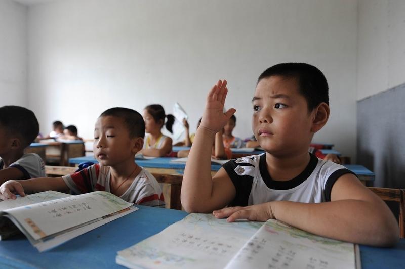 許多家長為了孩子贏在起跑線,於是,奧數班、形體班、思維班、鋼琴班、小牛頓班等各種所謂興趣班排滿了孩子的時間表。圖為大陸小學生在上語文課。(Getty Images)