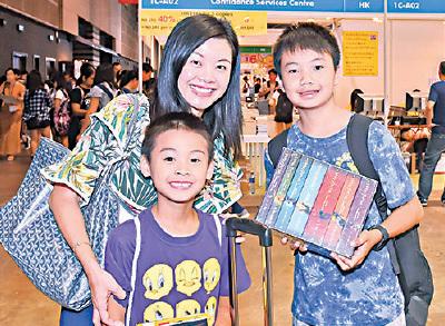 陳太準備花2千元為兒子買書。(郭威利/大紀元)
