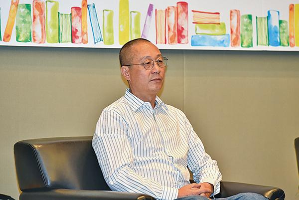 大陸自由作家野夫建議中國的年輕人多讀好書,並在這個時代堅持講真話。(郭威利/大紀元)