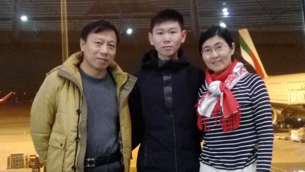 近日,「709案」律師王宇的兒子包卓軒終於獲准出境,已經前往澳洲留學。圖為王宇一家,從左至右分別為包龍軍、包卓軒、王宇。(自由亞洲電台)