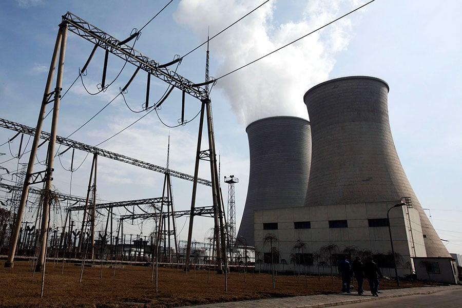 中共國家能源局公佈的農業部門用電量出現前後不一的情況,遭經濟學家質疑其可信度。圖為2007年1月31日,青海省大通縣的一座火力發電廠。(China Photos/Getty Images)