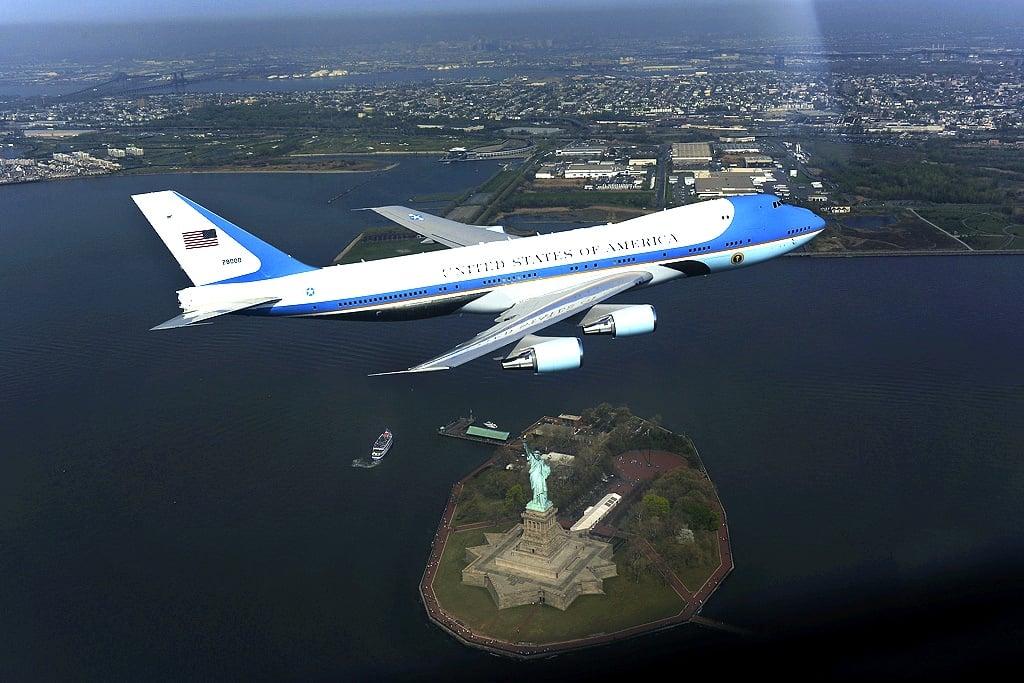 美國空軍一號(Air Force One)飛越美國自由神像上空。(Flickr)