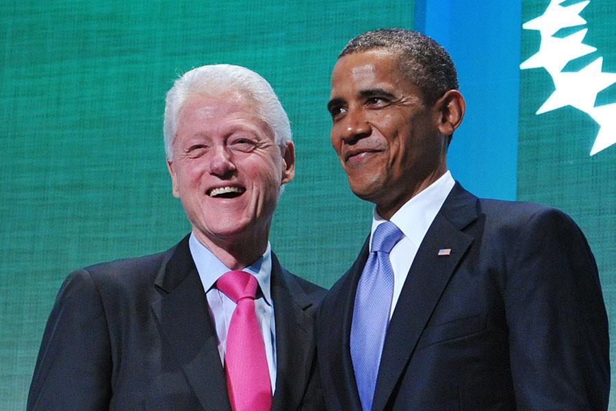 美國前總統克林頓(左)與前美國總統奧巴馬合照資料圖片。(MANDEL NGAN/AFP/Getty Images)