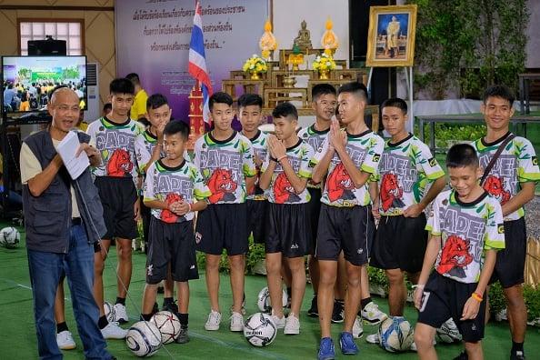 7月18日,被困洞穴18天的泰國小足球隊在獲救後首次集體公開亮相,舉行新聞發佈會。(Linh Pham/Getty Images)