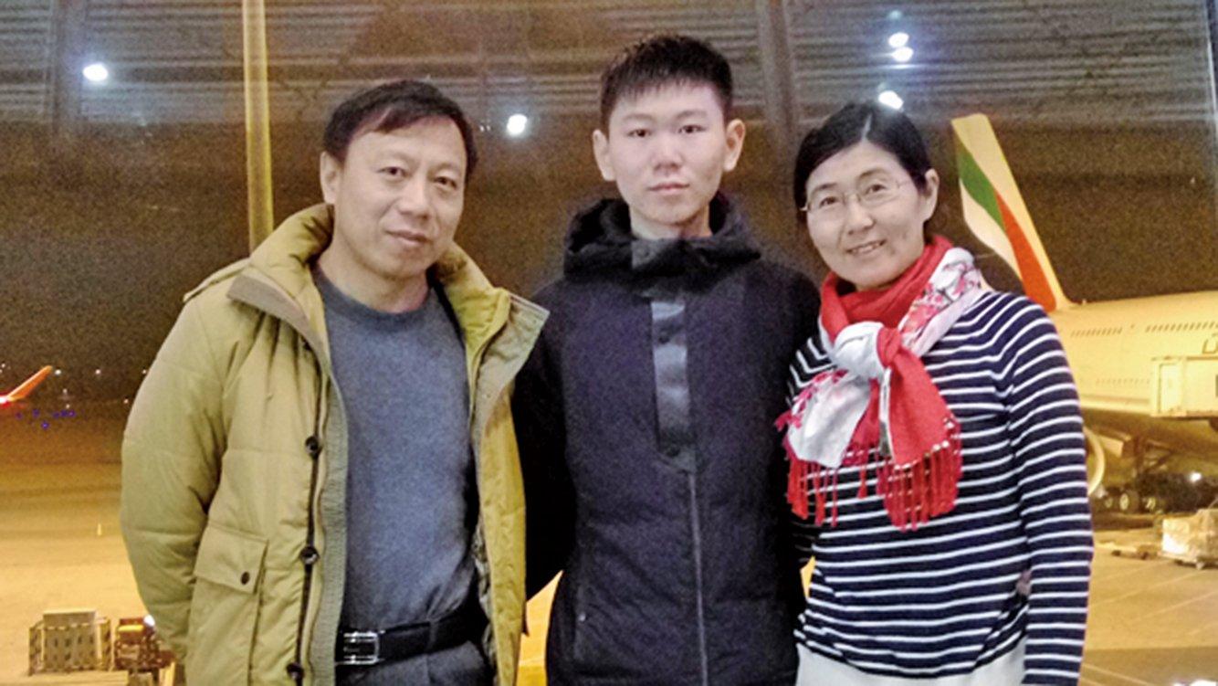 王宇律師的兒子包卓軒雖幾度被限制出境,但終獲前往澳洲留學。圖為王宇一家,從左至右分別為包龍軍、包卓軒、王宇。(RFA)