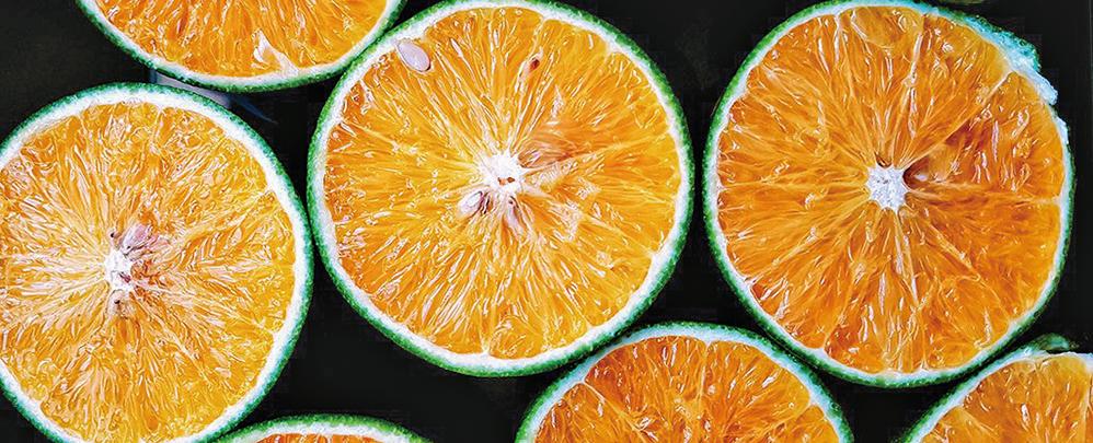 每天至少吃一份橙子的人在15年後患上老年性黃斑變性的風險可降低60%以上。(Mateus Bassan/Unsplash)