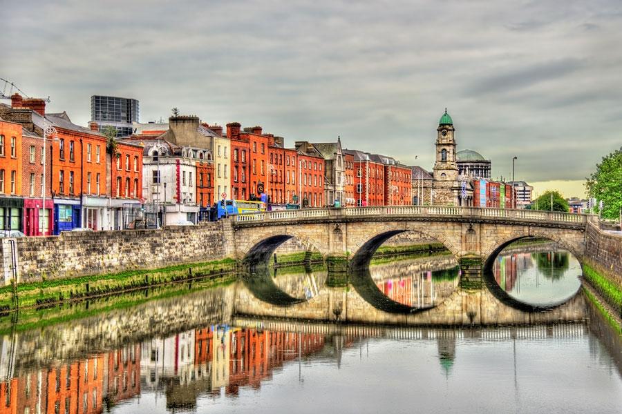 圖為愛爾蘭首都都柏林利菲河(River Liffey)上的麥洛斯橋(Mellows Bridge)。(istock.com/Leonid Andronov)