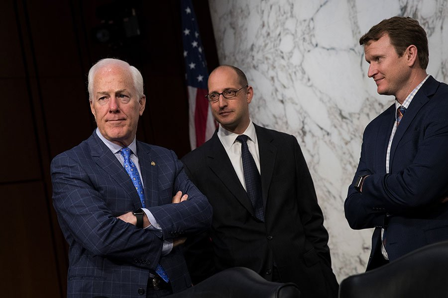 共和黨參院多數黨黨鞭科寧(John Cornyn)力推的改革美國外國投資委員會提案已接近通關完成,這將是國會十年來首次改革外資併購流程。圖為2017年7月科寧(左一)出席參院司法委員會的「外國代理人註冊法監督及試圖影響美國選舉」聽證會現場。(Drew Angerer/Getty Images)