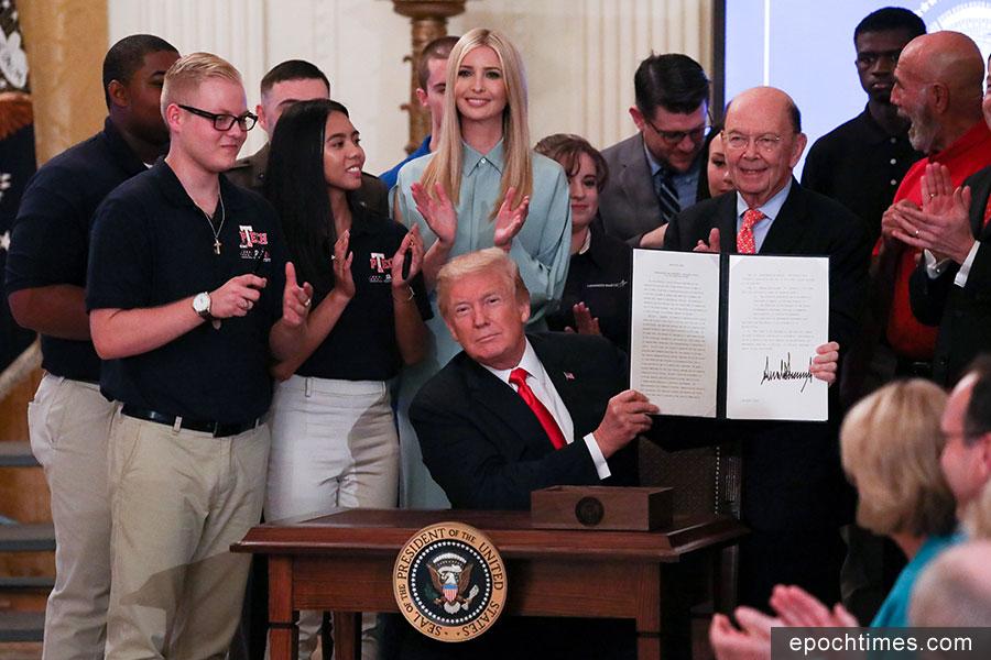 美國總統特朗普7月19日下午在白宮簽署行政令,成立全國諮詢委員會,為學生和工人提供更多的就業培訓。(Samira Bouaou/大紀元)