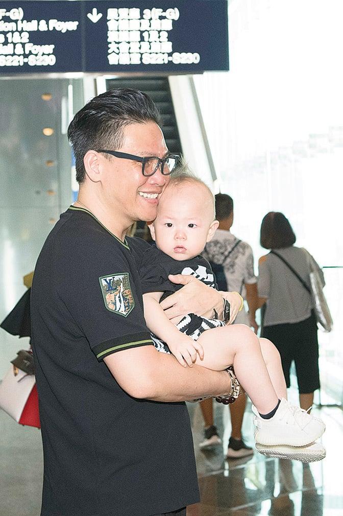 蘇永康22日與一歲大的兒子Jazz一同現身書展。(郭威利╱大紀元)