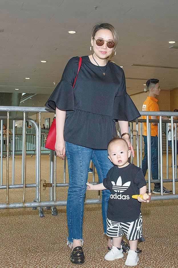 蘇永康的太太馮翠珊及一歲大的兒子Jazz現身書展。(郭威利╱大紀元)