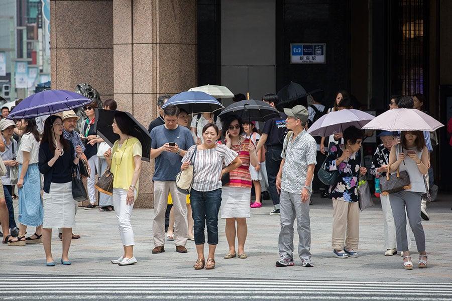 日本多地受高氣壓影響,持續一周多酷暑,有些地區氣溫高達40多度,創該國五年來最高溫紀錄。到目前為止,高溫已造成約30人死亡,數千人被送往醫院治療。日本消防廳急救通報出勤件數昨天創80多年以來單日最高紀錄。(Yuichi Yamazaki/Getty Images)