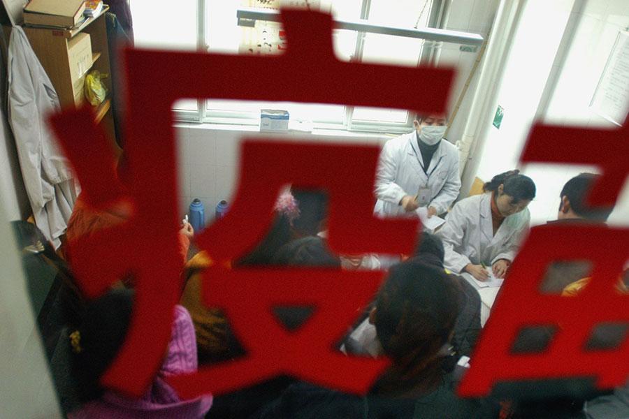 近年來,中國大陸多次曝出「毒疫苗」事件。陸媒日前披露大陸疫苗企業的黑幕。(China Photos/Getty Images)