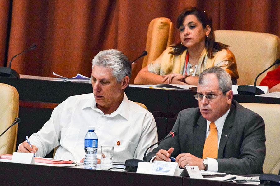 古巴總統米格爾・迪亞茲-卡內爾(左)參加國民議會會議。古巴正在修改憲法,拋棄了舊憲法中建立共產主義社會的條款。(JORGE BELTRAN/AFP/Getty Images)