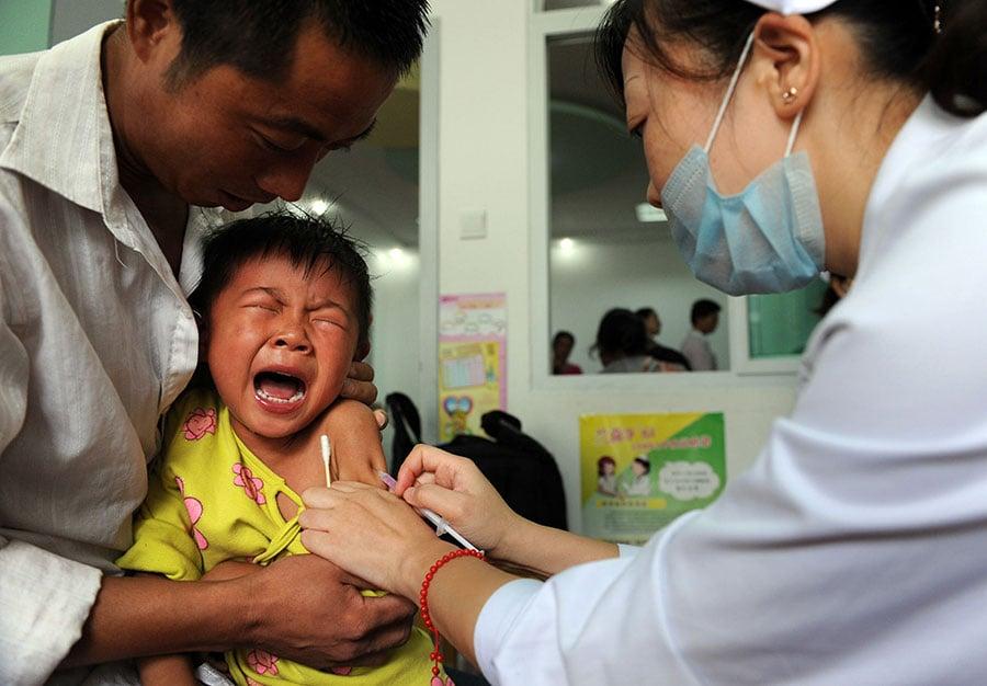 吉林長春長生生物科技公司被曝向山東疾病預防控制中心出售252,600盒劣質百白破疫苗,爆發新一輪公共衛生危機。(STR/AFP/Getty Images)