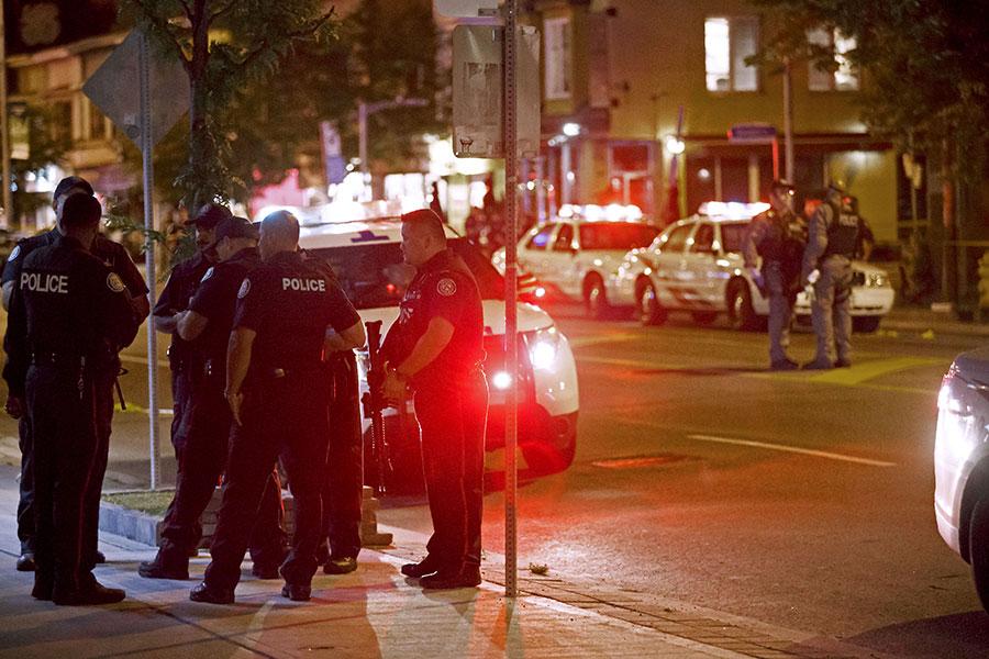加拿大多倫多希臘城(Greektown)在當地時間周日(22日)晚發生大規模槍擊事件,至少15人中槍受傷,其中一人死亡,槍手自盡身亡。(AFP PHOTO / Cole BURSTON)