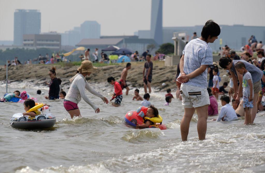 7月22日,日本高溫,民眾避暑。(Kazuhiro NOGI/AFP/Getty Images)