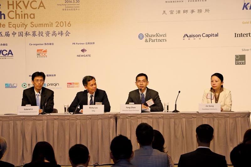 深圳證券交易所上市推廣部副總監陳峰(右二)在港透露,去年全國有3,700家企業退出市場。(梁珍/大紀元)