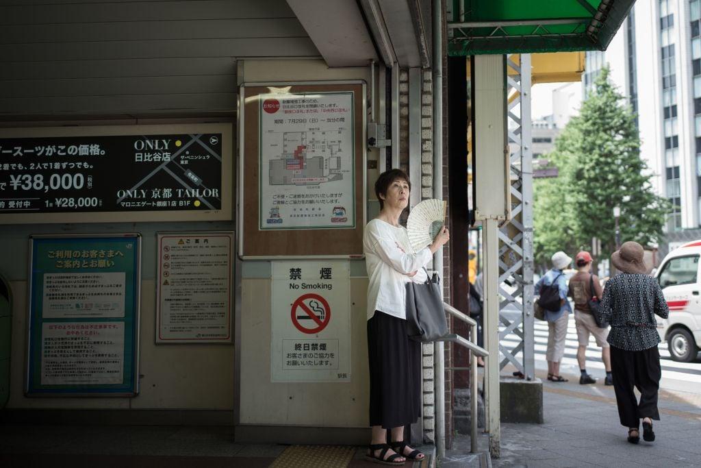 7月22日,日本高溫,民眾避暑。(MARTIN BUREAU/AFP/Getty Images)