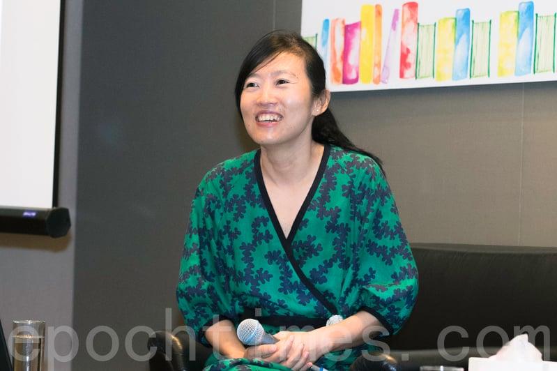 胡晴舫昨日出席書展講座,分享網絡時代下,人與人之間溝通方式和觀念價值的改變。(郭威利/大紀元)