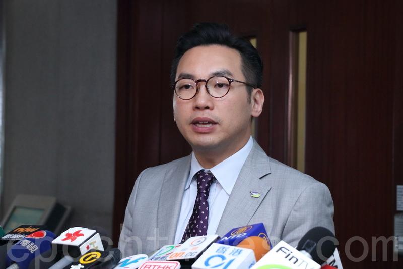 楊岳橋表示,屋署承諾會跟進23個居屋屋苑公用地方的管理和維修費攤分比率問題。(蔡雯文/大紀元)