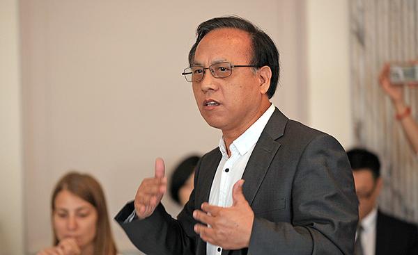 民主中國陣線主席秦晉以觀眾身份出席當天會議。(方明/大紀元)